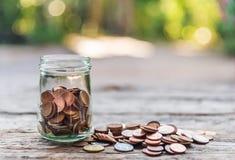 Salvar o dinheiro e explique operação bancária o conceito do negócio da finança fotografia de stock royalty free