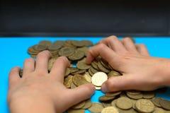 Salvar o dinheiro para a aposentadoria e explique operação bancária o conceito da finança, mão do homem com dinheiro da moeda no  fotografia de stock