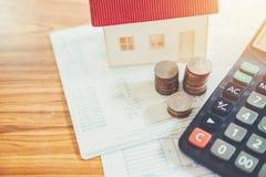 Salvar o dinheiro para o conceito financeiro do custo da casa imagens de stock royalty free