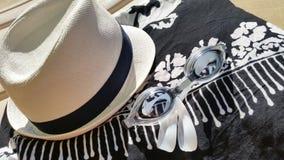 Salvar o fim da estreia da transferência acima de óculos de proteção do chapéu, dos sarongues e dos nadadores Imagem de Stock Royalty Free
