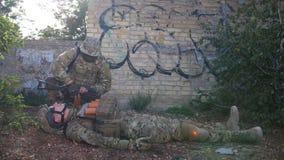 Salvar vidas do médico do campo de batalha do soldado de infantaria ferido video estoque