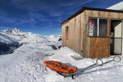 Salvataggio alpino nella neve sulla montagna Immagini Stock Libere da Diritti
