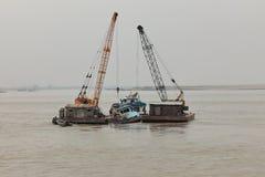 Salvataggio del naufragio sul Irrawaddy immagini stock libere da diritti