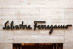 Salvatore Ferragamo znak na ulica sklepu okno Rzym zdjęcie royalty free