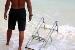 Salvavidas con las escaleras para el barco de la largo-cola en la playa Foto de archivo libre de regalías