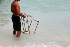 Salvavidas con las escaleras para el barco de la largo-cola en la playa Fotos de archivo