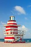 Salvavidas del art déco de Miami Beach la Florida, rojo y blanco hous Imagenes de archivo