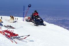Salvavidas en el trineo con el perro en las montañas Fotografía de archivo libre de regalías
