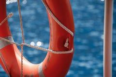 Salvavidas en la verja de la nave y del mar Mediterráneo Imagen de archivo