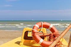 Salvavidas en un bote salvavidas por el mar, Italia, Riccione Fotos de archivo libres de regalías