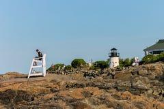 Salvavidas en una silla y mini faro en la costa costa de Ogunquit Maine Imagenes de archivo