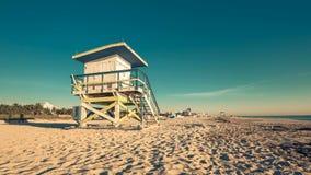 Salvavidas Hut en la playa del sur durante salida del sol, Miami almacen de video