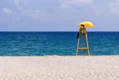 Salvavidas, playa sola, tiempo soleado Imágenes de archivo libres de regalías