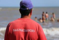 Salvavidas y el jersey rojo con el RESCATE escrito en italiano Fotos de archivo libres de regalías