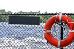 Salvavita su un recinto con il segno in bianco per testo Immagini Stock Libere da Diritti