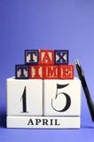 Salve la fecha, el 15 de abril, día del impuesto de los E.E.U.U., vertical con el espacio de la copia. Fotografía de archivo libre de regalías