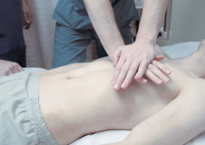 Salve a vida de um paciente com parada cardíaca no hospital imagens de stock