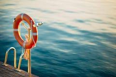 Salvi il cerchio rosso sulla spiaggia nel territorio di Oporto Montenegro Fotografia Stock Libera da Diritti