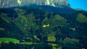 Salvi il volo dell'elicottero nelle alpi, Austria Fotografie Stock