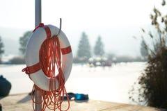 Salvi l'anello con la corda davanti ad un lago, l'inverno, neve Immagine Stock