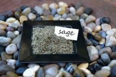 Salvia sfregata in un piccolo piatto nero con l'etichetta Fotografia Stock