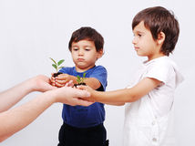 Salvo la nostra terra, due ragazzi con la pianta Fotografia Stock