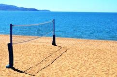 Salvobal netto op strand stock afbeelding