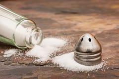Salz besprüht auf einer Steintabelle Stockfotografie