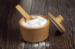 Salz in der hölzernen Schüssel Lizenzfreie Stockbilder