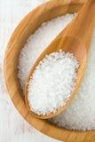 Salz in der Schüssel mit Löffel Stockbild