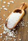 Salz in einer hölzernen Schaufel Stockfoto