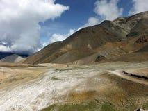 Salz-Feld in der trockenen Himalajalandschaft Stockfotografie