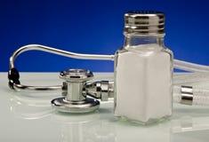 Salz-Gefahren und Stethoskop lizenzfreies stockfoto