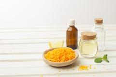 Salz, kosmetisches Öl, Ingwer und Zitrone für das Vorbereiten von Kosmetik an Lizenzfreies Stockbild