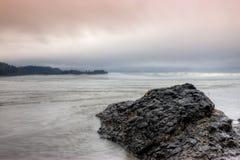Salz-Nebenfluss-Strand an der Dämmerung Stockfotografie