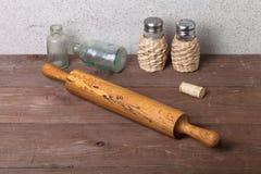 Salz, Pfeffer, Nudelholz, alte Flaschen und Korken auf dem alten woode Stockfoto