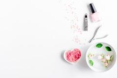 Salz und Creme für Nagelpflege in der Draufsicht des Badekurortes stockfoto