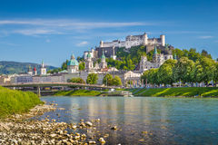 Горизонт Зальцбурга с рекой Salzach весной, Австрия Стоковое Фото