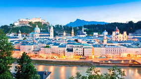 与河Salzach的萨尔茨堡地平线黄昏的, Salzburger土地,奥地利 库存照片