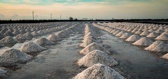 Salzbauernhof morgens mit Sonnenaufganghimmel Organisches Seesalz Verdampfung und Kristallisation des Meerwassers Rohstoff des Sa stockbilder