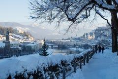 Salzbourg, Autriche - 1er janvier 2015 : Marcheurs sur un snowpath sur Moenchsberg avec la vue sur la vieille ville de Salzbourg Photos stock