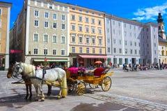 Salzbourg, Autriche - 1er mai 2017 : Endroit central dans la ville de Salzbourg avec des chariots et des chevaux Photographie stock libre de droits