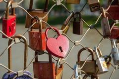 Salzbourg, cadenas de l'amour sur un pont, le Makartsteg, personnes de lune de miel l'aiment en été Images stock