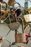 Salzbourg, cadenas de l'amour sur un pont, le Makartsteg, personnes de lune de miel l'aiment en été Photo stock