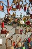 Salzbourg, cadenas de l'amour sur un pont, le Makartsteg, personnes de lune de miel l'aiment en été Photographie stock