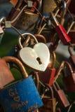 Salzbourg, cadenas de l'amour sur un pont, le Makartsteg, personnes de lune de miel l'aiment en été Images libres de droits