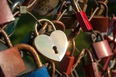 Salzbourg, cadenas de l'amour sur un pont, le Makartsteg, personnes de lune de miel l'aiment en été Photographie stock libre de droits