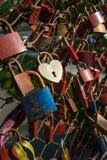 Salzbourg, cadenas de l'amour sur un pont, le Makartsteg, personnes de lune de miel l'aiment en été Image stock