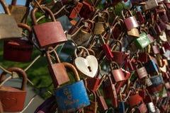 Salzbourg, cadenas de l'amour sur un pont, le Makartsteg, personnes de lune de miel l'aiment en été Photos libres de droits