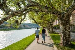 Salzbourg, couple marchant à la promenade à la rivière Salzach photos libres de droits
